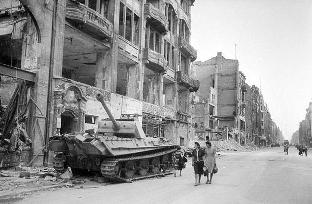 Los ciudadanos alemanes pasan junto a un tanque Panther abandonado en las devastadas calles de Berlín, mayo de 1945.