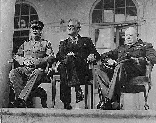 Iósif Stalin, Franklin D. Roosevelt y Winston Churchill durante la conferencia en la Embajada de la Unión Soviética en Teherán (Irán).