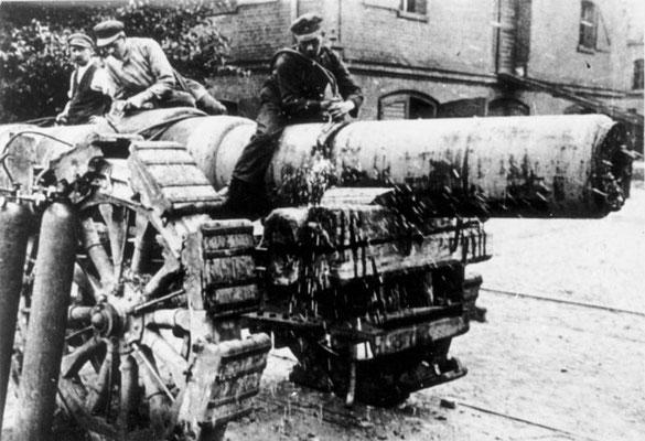 Arma pesada siendo desmantelada en aplicación del Tratado de Versalles en la República de Weimar en 1920, Bundesarchiv, Bild 146-1972-081-03/CC-BY-SA 3.0.