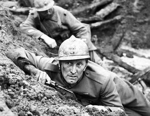El actor Kirk Douglas se alistó en la Armada de los Estados Unidos en 1941, donde sirvió como oficial de artillería y comunicaciones a bordo de un cazasubmarinos. WWII Pictures