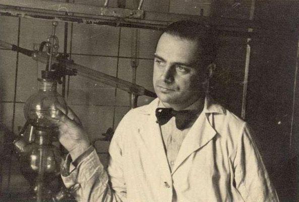 Tadeusz Pankiewicz en la rebotica de su farmacia, 1941.