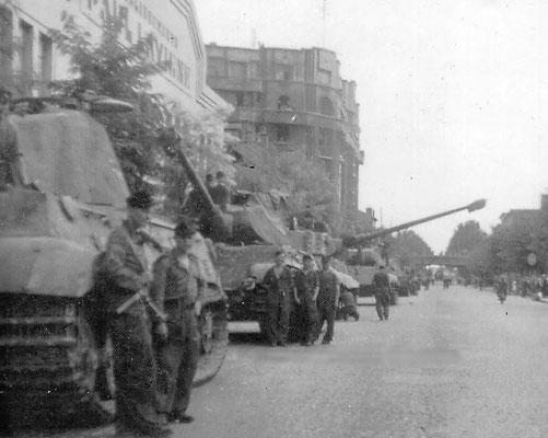 Los tanques Tigre II de Panzerabteilung 503 se reúnen en París antes de su salida hacia Normandía, 1944. WWII Pictures