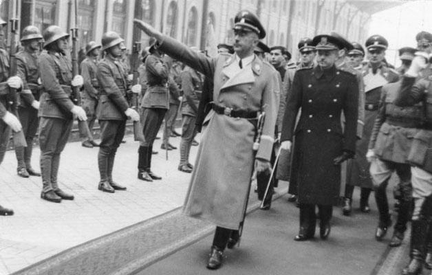 Heinrich Himmler pasando revista a las tropas que le rindieron honores a su llegada a la Estación del Norte de Madrid. Bundesarchiv, Bild 183-2005-0601-501