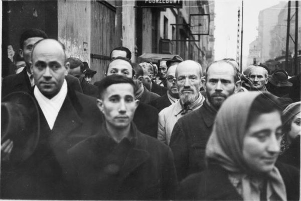 """Chaim Kaplan escribe desde el gueto de Varsovia, de """"dolores de parto tan severos que están más allá de la descripción"""". Los nazis alemanes concentran a 450.000 personas en 3 km cuadrados. WW2 Tweets from 1940"""