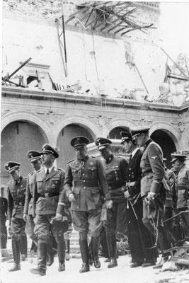 Heinrich Himmler y el General José Moscardó Ituarte visitando las ruinas del Alcázar de Toledo. Junto a ellos también está Karl Wolff. Bundesarchiv, Bild 183-2005-0601-500