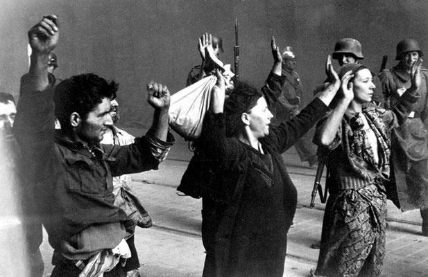 El 19 de abril de 1943, la resistencia judía comienza el Levantamiento del Gueto de Varsovia contra los nazis alemanas. 13.000 judíos fueron asesinados. 50.000 restantes fueron enviados a campos de concentración y de exterminio. WWII Pictures