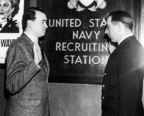 William Patrick Hitler, sobrino de Adolf Hitler, jurando bandera en la Armada de los Estados Unidos en la ciudad de Nueva York, en marzo de 1944. WWII Pictures