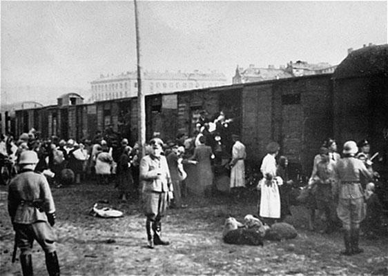 """Los judíos eran cercados y llevados hasta la estación de tren de Umschlagplatz con el pretexto de ser """"reubicados"""" en el este."""