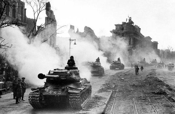 Tanques pesados soviéticos IS-2 en las calles de Berlín, mayo de 1945.