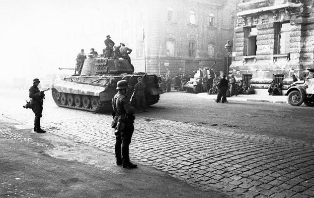"""El 15 de octubre de 1944, Adolf Hitler lanza la """"Operación Panzerfaust"""" para mantener el Reino de Hungría dentro del Eje. WWII Pictures"""