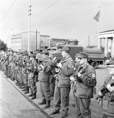 Grupos de combate de la clase obrera de la República Democrática Alemana (RDA/DDR) cierran la frontera el 13 de agosto de 1961 preparandose para la construcción del Muro de Berlín. Bundesarchiv, Bild 183-85458-0002/Junge, Peter Heinz/CC-BY-SA