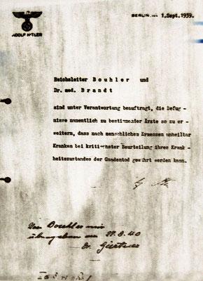 Adolf Hitler autorizó y firmó este programa el 1 de octubre de 1939 con carácter retroactivo con fecha 1 de septiembre de 1939 para darle la apariencia de una medida tomada por el inicio de la guerra.