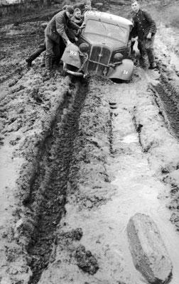 El ejército nazi alemán bloqueado por el barro durante el otoño de 1941, Bundesarchiv, Bild 101I-140-1220-17A/Cusian, Albert/CC-BY-SA 3.0.