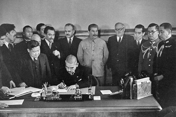 En la foto se puede ver en el centro a Iósif Stalin con chaqueta clara.