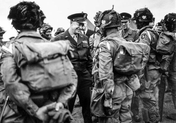 El general Eisenhower hablando con paracaidistas de la División Aerotransportada 101 antes del comienzo de la Operación Overlord, junio 1944. WWII Pictures