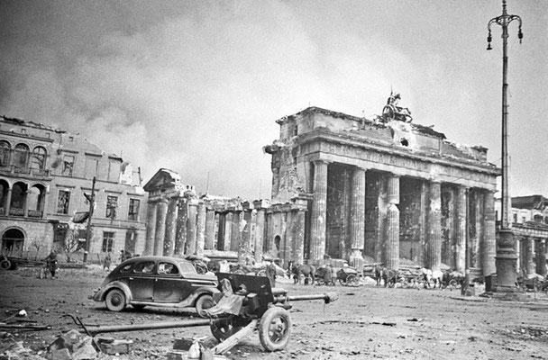 La Puerta de Brandenburgo en mayo de 1945, sobrevivió los bombardeos de los Aliados y la Batalla de Berlín. WWII Pictures