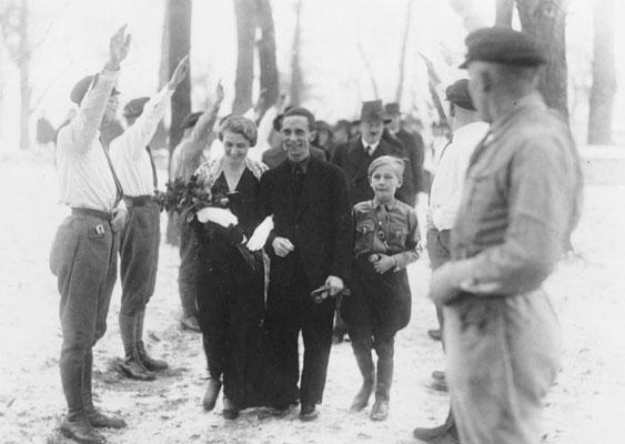 Boda de Joseph Goebbels con Magda Ritschel. En el fondo, Adolf Hitler como padrino del novio (1931). Bundesarchiv, Bild 183-R32860 / Desconocido / CC-BY-SA 3.0