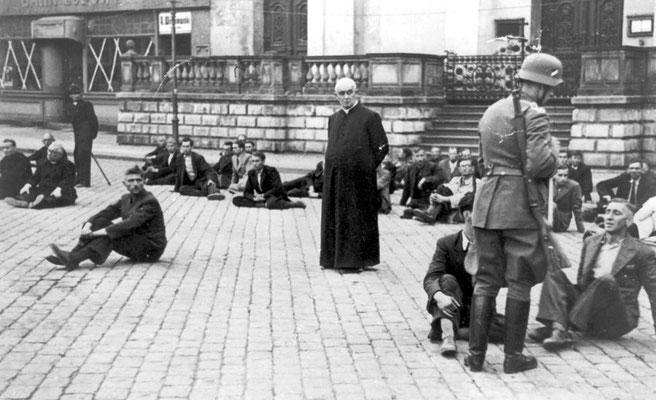 Un sacerdote y otros civiles polacos rehenes de los nazis alemanes que esperan ser ejecutados en Bydgoszcz (Polonia), septiembre 1939. WWII Pictures