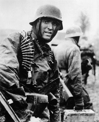 Esta foto icónica y famosa fue tomada el 18 de diciembre de 1944. Un soldado nazi alemán de la Kampfgruppe Hansen fuertemente armado en acción en Poteau (Bélgica). WWII Pictures