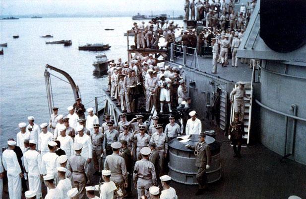 Representantes del Imperio de Japón dejando el USS Missouri minutos después de firmar el Acta de Capitulación.