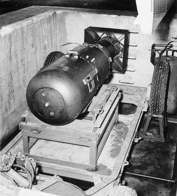 """""""Little Boy"""" preparada en el foso pocos minutos antes de ser introducida en el B-29 Superfortress """"Enola Gay"""". Arma nuclear de 4.400 kg de peso con una potencia explosiva de 16 kilotones. 3/3 #IIGM #Historia"""