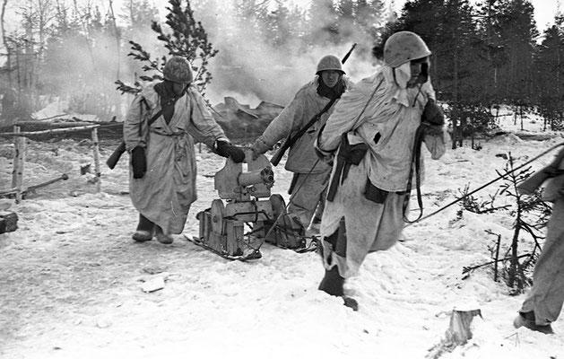 """Infantería soviética transportando una ametralladora """"Maxim"""" con un trineo durante el Sitio de Leningrado, enero de 1943."""