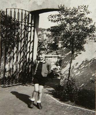 Hans-Jürgen Höß (6 años) en la puerta de la casa que utilizó la familia estando en Auschwitz.