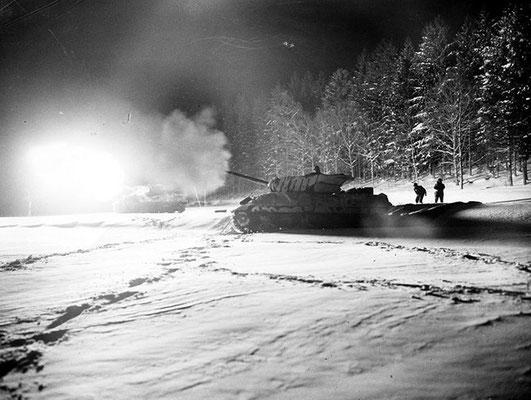 Los cazatanques M10 americanos fueron utilizados como apoyo de la artillería por las noches en las Ardenas.