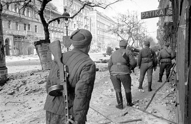 Soldados ruso soviéticos en las calles de Budapest, febrero 1945. WWII Pictures