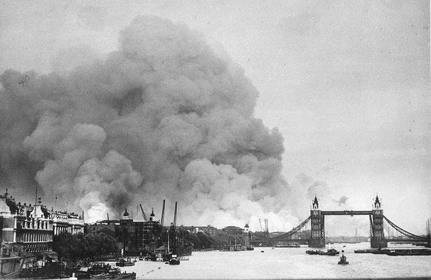 El río Támesis y los muelles de Londres tras los primeros bombardeos, 7sep1940.