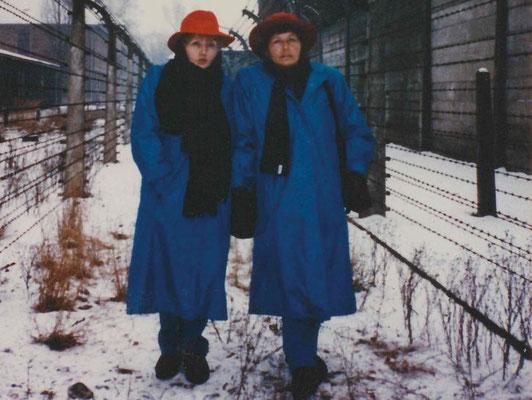 Eva y Miriam Mozes juntas en el Museo Memorial Auschwitz-Birkenau en diciembre de 1991