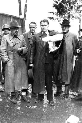 Wernher von Braun fue capturado en 1945 por los estadounidenses (en la fotografía, está con el brazo escayolado).