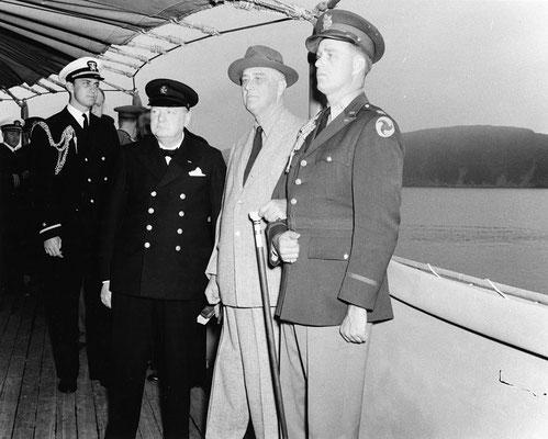 Winston Churchill con Franklin D. Roosevelt a bordo de USS Augusta ,9 de agosto de 1941.