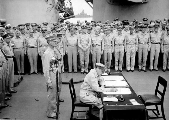 ...y después por el Comandante del Pacífico Suroeste y Comandante Supremo de los Aliados el General de Estados Unidos Douglas MacArthur a las 09:08 am.