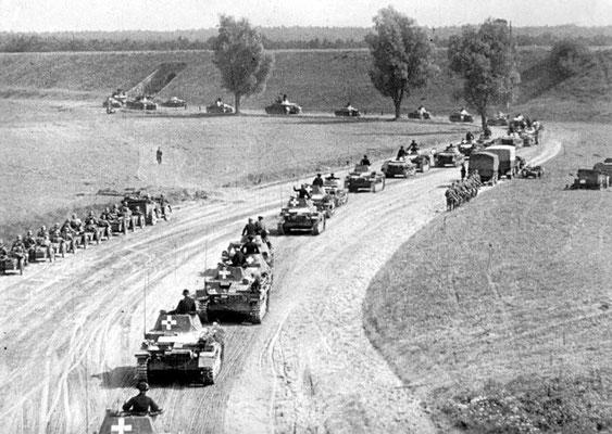 Panzers alemanes, camiones, coches, motocicletas cruzan la frontera de Alemania-Polonia, septiembre 1939.