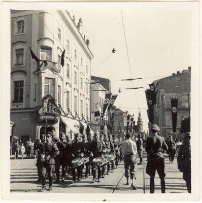 Soldados nazis alemanes desfilando en ul. Grodzka de Cracovia, Muzeum Historyczne Miasta Krakowa.