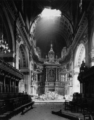 Una bomba nazi alemana entró por la cúpula de la Catedral de San Pablo en Londres, dañando gravemente el altar mayor. WWII Pictures