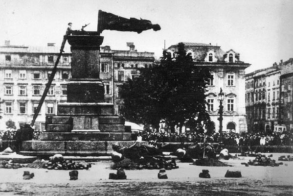 Los nazis alemanes destruyendo el monumento a Adam Mickiewicz en la Plaza del Mercado de Cracovia, 17ago1940, Archiwum Akt Nowych.