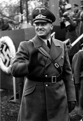 Hans Frank, Gobernador del Gobierno General, en un acto de la policía durante la ocupación nazi alemana de Cracovia, 1939, Bundesarchiv, Bild 121-0270/CC-BY-SA 3.0.