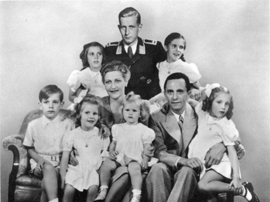 El hombre que hay en la parte superior en el centro de la fotografía (añadido en un montaje fotográfico) es el Sargento de la Luftwaffe Harald Quandt, hijo de Magda Goebbels de un matrimonio anterior. Bundesarchiv, Bild 146-1978-086-03.