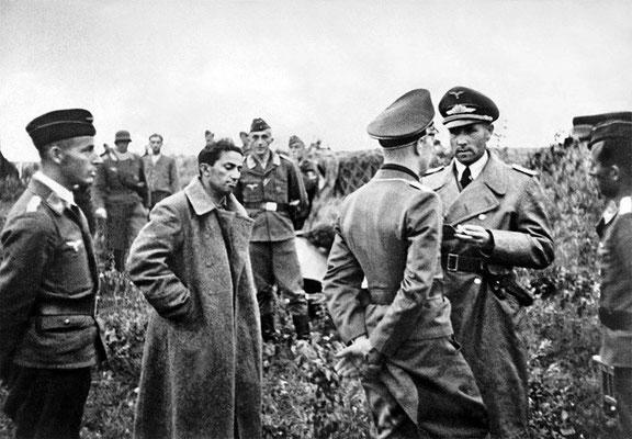 Yakov Dzhugashvili, el hijo mayor de Iósif Stalin (2º por la izquierda), después de ser capturado por las tropas nazis alemanas, en julio de 1941. WWII Pictures