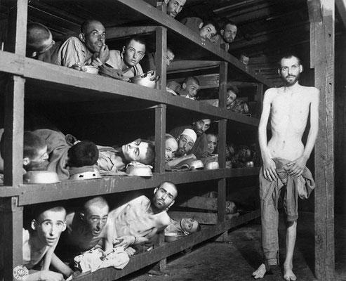 Fotografía fue tomada en el campo de concentración nazi alemán de Buchenwald el 16 de abril de 1945, cinco días después de la liberación. Elie Wiesel está en la segunda fila desde abajo, el séptimo desde la izquierda, junto a la barra de la litera.