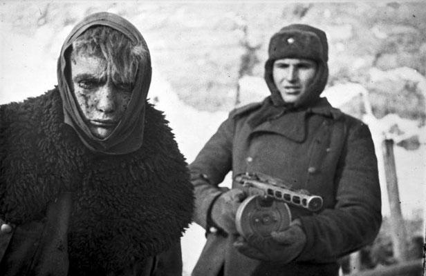 Soldado nazi alemán hecho prisionero por un soldado ruso soviético.