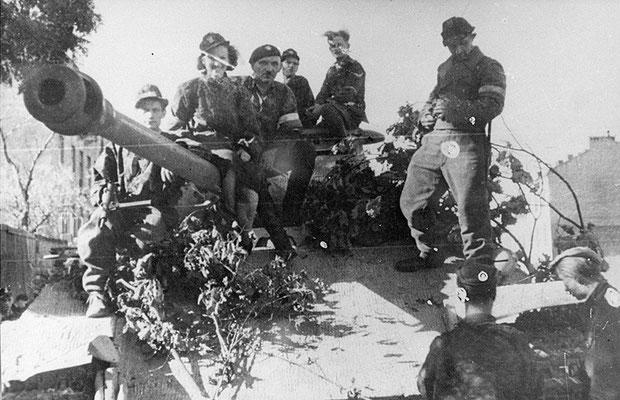 Miembros del batallón polaco Zośka encima de un tanque nazi alemán Panther capturado durante el Alzamiento de Varsovia, 1944.  WWII Pictures