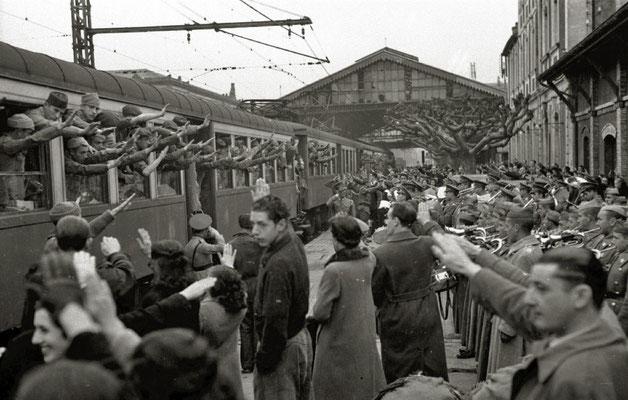Despedida en la estación de trenes a soldados integrantes de la División Azul tras una comida en el patio del Hospital Militar General Mola, San Sebastián 1942, Vicente Martín, Kutxa Fototeka (Kutxa Photograph Library), CC BY-SA 3.0.