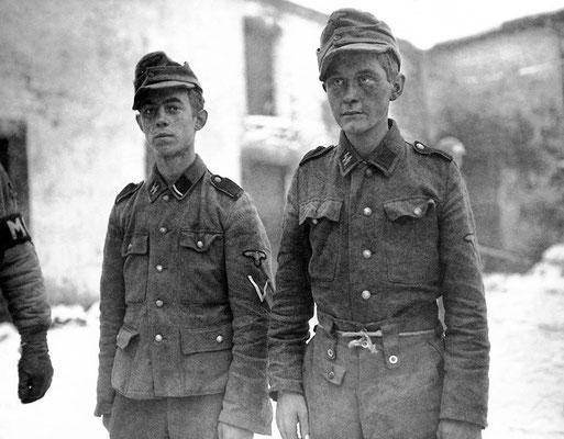 Los dos jóvenes soldados nazis alemanes capturados pertenecientes a la 12ª División Panzer SS - Hitlerjugend.