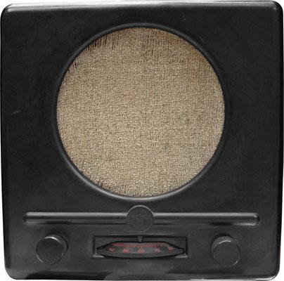 """Volksempfänger modelo Deutschen Kleinempfängers DKE38, el """"pequeño receptor alemán"""", llamado popularmente """"el hocico de Goebbels"""" (Goebbelsschnauze)."""