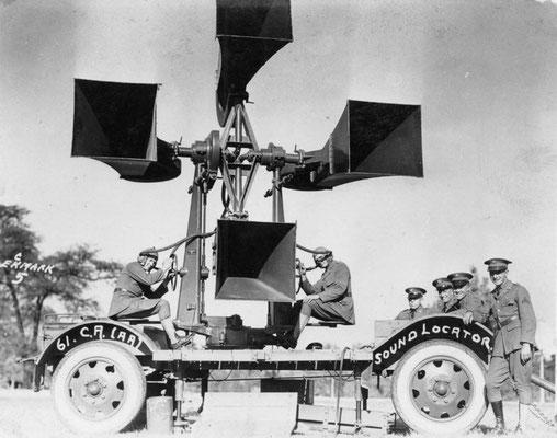 Los postes de escucha costera británicos podían oír los motores de los aviones sobre el Canal de la Mancha. Al caer la noche los bombarderos nazis alemanes volvían a atacar.