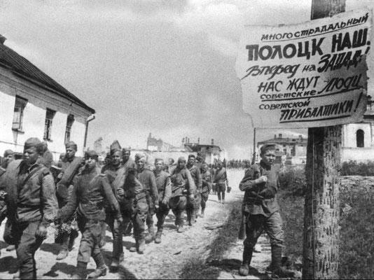 Soldados rusos soviéticos en Polotsk,  el 4 de julio 1944