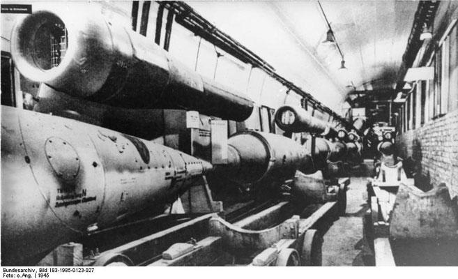 Producción subterránea del misil V1 en el campo de concentración nazi alemán de Mittelbau-Dora. Bundesarchiv, Bild 183-1985-0123-027